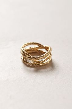 Golden Thicket Ring.Inspired by the twisting branches of an autumnal tree, gilded metal weaves a delicate loop to adorn your fingers.     •14k gold-plated metal  - anthropologie.eu (hva)