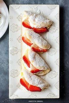 Mini omlet z bitą śmietaną i owocami