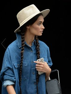 Fashion week: the glitz, the glam, the runways, the parties, and the street style! Scroll down for the best New York fashion week moments both on and off the runway! Denim Fashion, Boho Fashion, Fashion Beauty, Indigo, Estilo Denim, Mode Chic, Simple Outfits, Casual Outfits, Dress To Impress