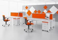 BUSY biurka z przegrodami płytowymi z nakładkami tapicerowanymi oraz nakładkami tapicerowanymi na kontenerach, dzięki czemu można ich użyć jako siedziska.