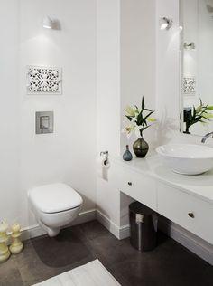 Mała łazienka w bloku często jest nie lada wyzwaniem dla projektanta, który musi tak zaaranżować małą łazienkę, aby wydawała się optycznie większa. Łazienka w bloku powinna być także wygodna i funkcjonalna. Zobacz 5 podpowiedzi, jak urządzić ładną, małą łazienkę w bloku!