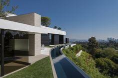 architecture moderne maison avec canal d'eau