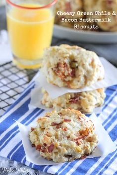 Cheesy Green Chile and Bacon Buttermilk Biscuits #biscuits #bacon