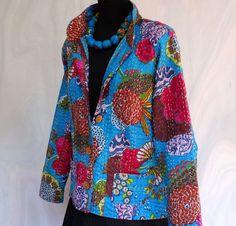 Veste femme cintrée en coton gaudri bleu et multicolore et dessin exotic Mode femme demi saison. Veste courte cintrée bleu et multicolore en coton indien surpiqué main motif e - 17262264