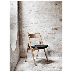 De Sawbuck Chair Stoel van Carl Hansen, ontworpen door Hans J. #Wegner in #1952, is een zeer comfortabele #design #eetkamerstoel. Hoewel zijn uiterlijk misschien anders doet vermoeden is de stoel zeer stabiel. Het ontwerp van de stoel, die doet herinneren aan een #zaagbok, is nauw verbonden met Wegner's #CH28 #Loungechair.  #Sawbuck #Chair Stoel - #Carl #Hansen | #MisterDesign