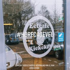 Raambelettering is een prachtige manier om de aandacht op je zaak te vestigen. Voor deze klant hebben we ook het logo ontworpen.  #raambelettering #sticker #ontwerp #logoontwerp #huisstijl ontwerp #huisstijl #horeca #cafe #restaurant #hotel #omzet #fastfood #reclame #merk #logo #uitstraling #design #horecaimage #gevelreclame #horecagevel #horecaterras #geveluitstraling Fastfood, Ramen, Om, Restaurant, Design, Diner Restaurant, Restaurants, Dining