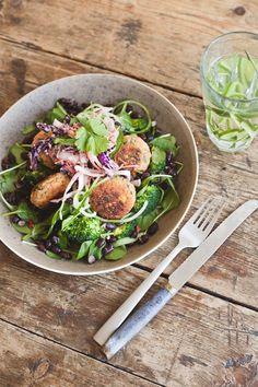 SLA: 80g zwarte bonen, 1 broccoli, ½ rode peper, ½ komkommer, 1 tl zonnebloemolie, zout, 150g babyspinazie, koriander–dressing: thaise basilicum, ½ rode peper, 4g gember, 1 knoflook, limoen, 1 el kokosbloesemsuiker, ½ tl korianderzaad, 3 el sojasaus, 3 el water, 1,5 tl sesamolie, 130 ml zonneblolie–sla in schaal, kook bonen, afkoelen, stoom broccoli, komkommer erbij, bonen met rode peper, olie, zout mengen, leg op sla. Dressing: hak alles fijn, in blender+olie. Afmaken met zoete…