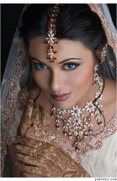 47 Ideas Indian Bridal Makeup Natural Jewelry You are in the right place about wedding events receptions Here we offer you the most beautiful pictures about the pre wedding events you are looking for. Indian Bridal Makeup, Asian Bridal, Bridal Beauty, Wedding Makeup, Bride Makeup, Style Indien, Beauté Blonde, Beauty And Fashion, Ladies Fashion