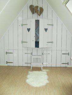 een #bedstee op zolder....gaaf met die sluitingen!!! IPV een hartje een sterretje in de deur!