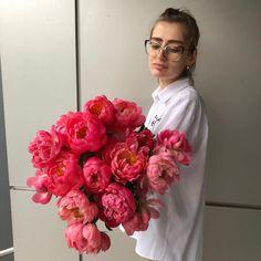 Desi ne pregatim sa iesim din sezonul bujorilor, inca ne bucuram de aceste minunate flori. 😍💘 Daca inca nu ti-ai umplut vaza cu bujori, fa-ne o vizita, avem bujori disponibili in mai multe culori. Mai, Floral Design, Bouquet, Bride, Garden, Flowers, Wedding Bride, Garten, Bridal
