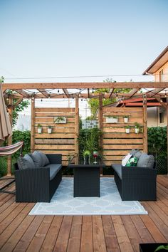 Idea for wood patio with grass wall and suspended lights. Idea patio with wall for privacy.d walls of herbs