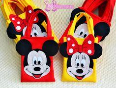 Sacolinha surpresa ou sacolinha para lembrancinhas no tema Mickey e Minnie, super lindas!    Fazemos o tema que desejar.    As sacolinhas são feitas de tecido Oxford, com aplicação em feltro.  Todas as sacolinhas são forradas por dentro.    Temos sacolinhas de outros tamanhos e valores, confira a...