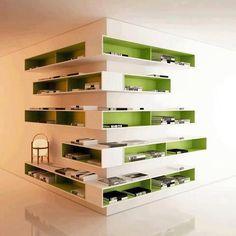 Une excellent idée d'étagères sur un angle d'une pièce ! Le vert apporte du peps et du volume, le blanc permet aux étagères de se fondre dans les murs.