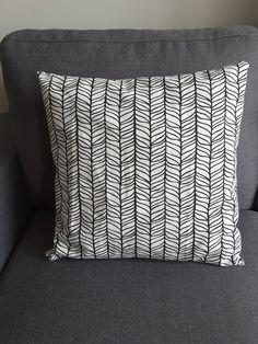 housse de coussin noir et blanc motif feuille : Textiles et tapis par marine-mode-et-deco