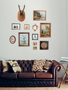 Genius: a collection of vintage finds lets you create an instant gallery wall. #EtsyGermany...i really like that couch