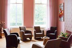 De vergaderruimte van De Vergaderie bestaat uit een kamer en suite met een ruimte met 12 stoelen en tafel en een  'herenrookkamer' van weleer