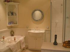 Best 35 Apartment Bathroom Decorating Ideas