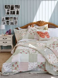 Me encanta este dormitorio.  Esa cabecera es hermosa, justo lo que necesito en mi dormitorio y complementado con ese cobertor absolutamente tierno, romántico y fresco con esos cojines con mariposas...Demasiado lindoooo¡¡¡