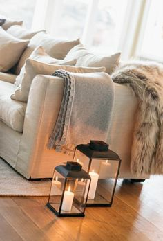 : 5 conseils pour un intérieur Hygge Sofa with plaids and floor lanterns with candles # Living Room Throws, Cozy Living Rooms, Living Room Decor, Living Room Candles, Floor Lanterns, Mountain Decor, Simple Living Room, Home Interior Design, Living Room Designs