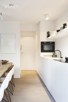I've never seen an oven in a side panel before, but a beautiful minimal kitchen non the less. Minimal Kitchen Design, Minimalist Kitchen, House Design, Kitchen Interior, New Kitchen, Kitchen Dining, Kitchen Ideas, Cocinas Kitchen, Kitchen Designs