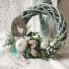Easter Wreaths, Mesh Wreaths, Diy Arts And Crafts, Diy Crafts, Wedding Cake Boxes, Sola Flowers, Easter Crafts, Happy Easter, Planting Flowers