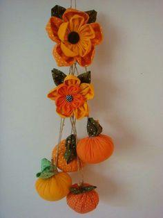 Flor de fuxico e abóbora D Flowers, Kanzashi Flowers, Fabric Flowers, Wreath Crafts, Flower Crafts, Fall Crafts, Diy And Crafts, Felt Fruit, Fabric Ornaments
