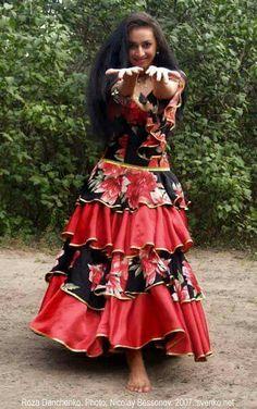 Romani Gypsy dance in photos. Gypsy dance by Roza Danchenko Gypsy Life, Gypsy Soul, Dance Outfits, Boho Outfits, Bohemian Gypsy, Bohemian Style, Gypsy People, Gypsy Women, Gypsy Girls
