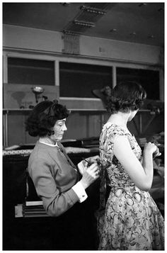 Coco Chanel at work (January 1959, by Willy Rizzo) #CocoChanel Visit espritdegabrielle.com | L'héritage de Coco Chanel #espritdegabrielle