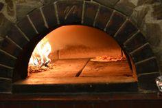 Echte Holzofen-Pizza gibt es beispielsweise bei der Pizzeria Eduardo. Hier die ganze Geschichte: http://blog.mjam.net/restaurant-des-monats-pizzeria-eduardo/