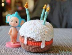Doudou, maman, papa et moi: Mon gâteau d'anniversaire { tuto crochet }