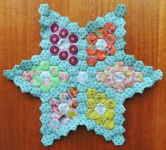 making a star with hexie's Hexagon Patchwork, Hexagon Pattern, Hexagon Quilting, Hand Quilting, Charm Pack Quilts, Star Quilt Patterns, Vintage Sewing Machines, Tatting Patterns, English Paper Piecing