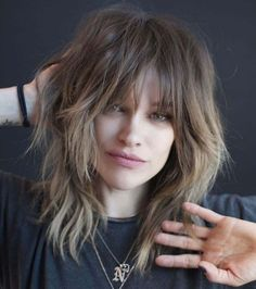 haar pony Mid-Length Shaggy Hairstyle With Bangs Medium Shag Haircuts, Shag Hairstyles, Trending Hairstyles, Hairstyles With Bangs, Haircut Medium, Mid Length Hairstyles, Medium Hair Cuts, Medium Hair Styles, Curly Hair Styles
