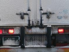 新潟ナンバーの大型トラックには雪がこびりついています。