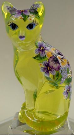 green Fenton Art Glass Cat Figurine with purple and yellow flowers. Fenton Glassware, Vintage Glassware, Kitsch, Cristal Art, Glass Figurines, Glass Animals, Carnival Glass, Glass Collection, Antique Glass