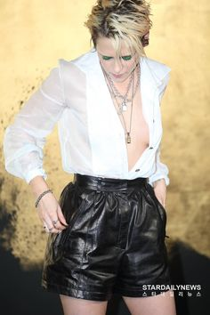 ~ New pictures of Kristen attending the Paris-New York Métiers d'Art Show in Seoul, on May She wore a Resort 2020 blouse, Fall 2019 shorts, the PVC Coco Sand flap bag + rings. She attended two showings where she switched up her styling of the look. Kirsten Stewart Style, Blond, Kristen Stewart Pictures, Celebs, Celebrities, Woman Crush, American Actress, Beautiful People, Fashion Show