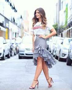 Rock Tricolor skirt with T-shirt by Nózinho ♥ ️ Alles ™ … – Casual Dress Outfits Skirt Outfits, Chic Outfits, Dress Skirt, Dress Up, Ruffle Skirt, Midi Skirt, Cute Skirts, Cute Dresses, Girl Fashion