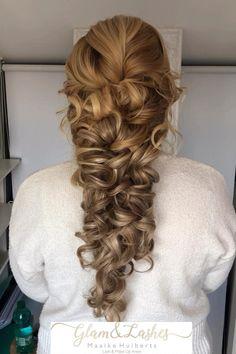 Dit geweldige #mermaid #bruidskapsel is gemaakt met #hairextensions Ben je opzoek naar een bruidsstylist voor je bruidskapsel en make-up neem dan contact met mijn op via de link Formal Hairstyles, Bride Hairstyles, Down Hairstyles, Romantic Wedding Hair, Wedding Updo, Bridal Hair Down, Hair Dye Tips, Bride Accessories, Grunge Hair