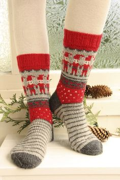 """Dancing Elves / DROPS Extra - Free knitting patterns by DROPS Design - Knitted DROPS socks with Christmas pattern in """"Karisma"""". Crochet Gratis, Crochet Socks, Knitting Socks, Knit Crochet, Knitting Needles, Drops Design, Christmas Stocking Pattern, Christmas Knitting, Crochet Christmas"""