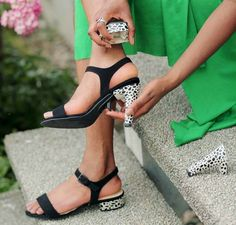 These magic shoes change from heels to flats in no time Shoe Makeover, Shoe Boots, Shoes Sandals, Magic Shoes, Shoe Zone, Beautiful Shoes, New Shoes, Inventions, High Heels
