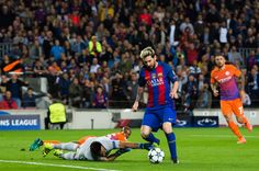 Messi walked the first goal in past Claudio Bravo as Barca beat Manchester City in 2016 Nicklas Bendtner, Messi Goals, Lional Messi, Claudio Bravo, Fc Barcelona, Barcelona Catalonia, Uefa Champions League Groups, Free Kick, Pep Guardiola