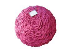 """Almofada da coleção """"mil pétalas"""" na cor rosa pink; a capa em tecido da mesma cor é removível e possui zíper invisível; o enchimento é super macio e leve, antialérgico.  Aceitamos encomendas nas cores conforme o mostruário ao lado. R$ 190,00"""