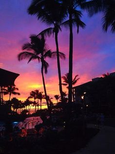 An incredible sunset overlooking Ocean Pool Bar and Grill - The Westin Ka'anapali Ocean Resort Villas #svnlife #hawaii #WestinKORVillas