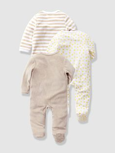 This pretty pack of sleepsuits comes in soft beige or yellow, both with motifs. We love it! Full-length asymmetric press-stud fastening on the front a
