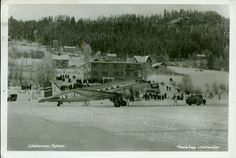 """Oppland fylke Lillhammer  LILLEHAMMER FLYHAVN. Flott kort med """"LN-IAT"""" som mottar bensin, og skuelystne i bakkene bak Utg Mesna Foto postgått 1948"""