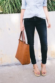 Combination of slim trousers and sandals with wedges. Nice handbag too.