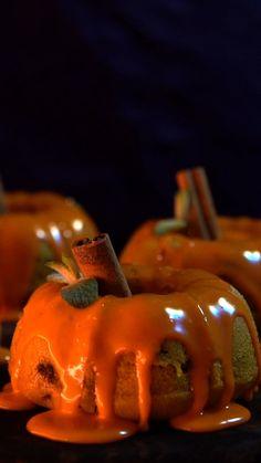 Com o Halloween chegando, que tal aproveitar e fazer um delicioso e lindo bolo de abóbora?