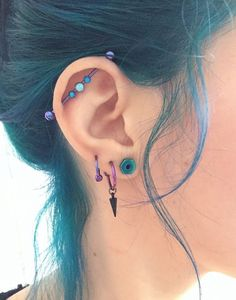 Si estás buscando ideas para Perforaciones en la Oreja, en este articulo encont… If you are looking for ideas for Piercings in the Ear, in this article you will find a lot of piercing ideas as well as different … Innenohr Piercing, Ear Piercings Tragus, Cute Ear Piercings, Tattoo Und Piercing, Body Piercings, Body Jewelry Piercing, Cool Peircings, Triple Lobe Piercing, Rook Jewelry