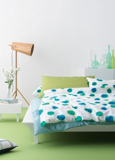 Ein frisches Schlafzimmer mit den Farben Grün und Blau.
