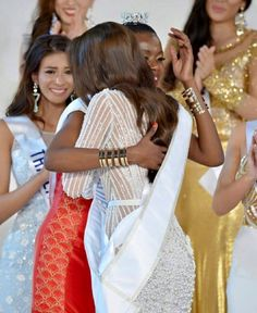 Miss Kenya Felicita a Miss Venezuela por Lograr el Titulo de Miss International 2015..