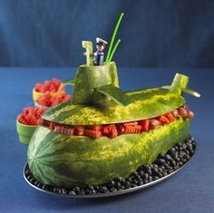 submarine = submarino :) Amazing Watermelon Carving Art Designs/Sculpture - Fruit and Vegetable Carving - Zimbio Veggie Art, Fruit And Vegetable Carving, Veggie Food, Sushi Food, Watermelon Art, Watermelon Carving, Carved Watermelon, Watermelon Basket, Watermelon Centerpiece